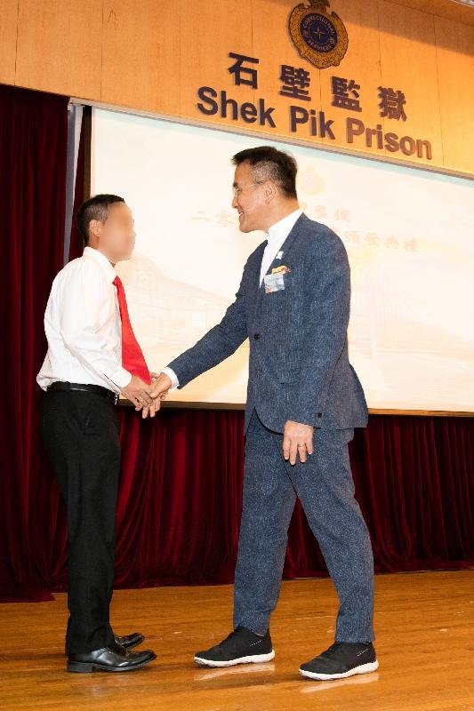 石壁監獄今日(十一月七日)舉行證書頒發典禮。圖示香港友愛會榮譽會長、立法會議員田北辰祝賀在囚人士。