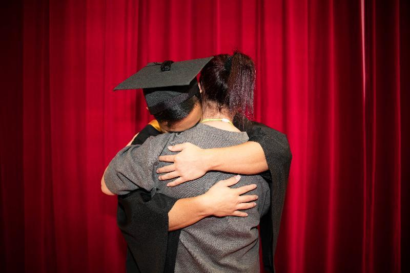 石壁監獄今日(十一月七日)舉行證書頒發典禮。圖示一名在囚人士在典禮上擁抱母親,感謝她對自己的支持。
