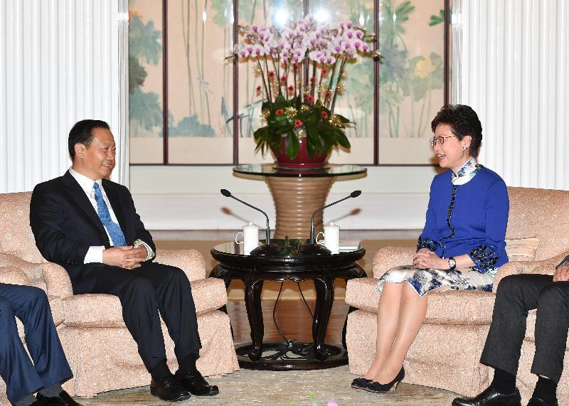 行政長官林鄭月娥(右)今日(十一月七日)傍晚在禮賓府與四川省委書記彭清華(左)會面。