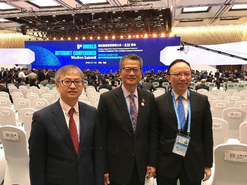財政司司長陳茂波今日(十一月七日)在烏鎮參與第五屆世界互聯網大會。圖示陳茂波(中)與創新及科技局副局長鍾偉强博士(左)及政府資訊科技總監林偉喬(右)在大會上合照。