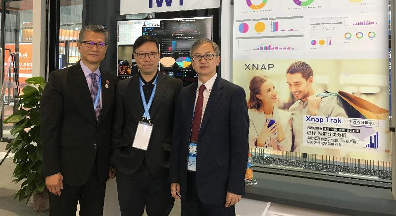 財政司司長陳茂波今日(十一月七日)在烏鎮參與第五屆世界互聯網大會。圖示陳茂波(左)和創新及科技局副局長鍾偉强博士(右)參觀其中一個香港參展攤位後與有關代表合照。