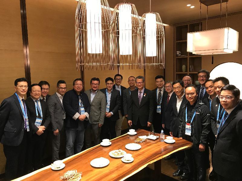 財政司司長陳茂波今日(十一月七日)在烏鎮參與第五屆世界互聯網大會。圖示陳茂波(左十)與創新及科技局副局長鍾偉强博士(左十二)與香港代表團成員合照。