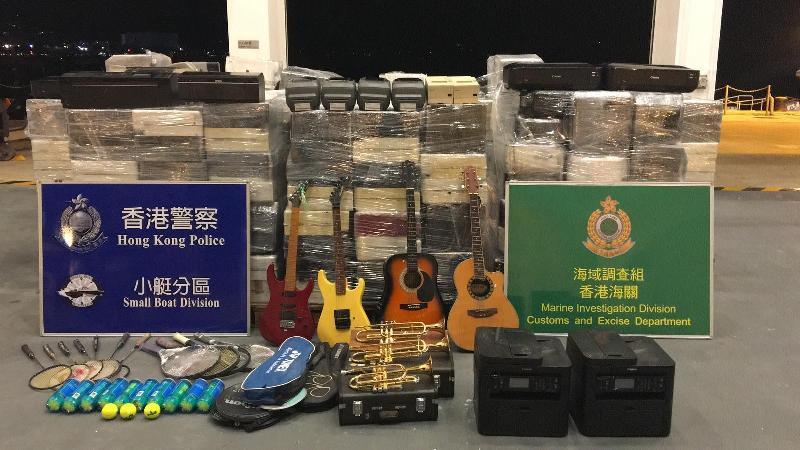 香港海關及水警今日(十一月七日)進行反走私聯合行動,在香港東南水域偵破一宗涉嫌利用漁船走私案件,檢獲大批懷疑走私貨物,包括辦公室儀器、樂器及運動用品,估計市值約七十萬元。圖示部分檢獲的貨物。