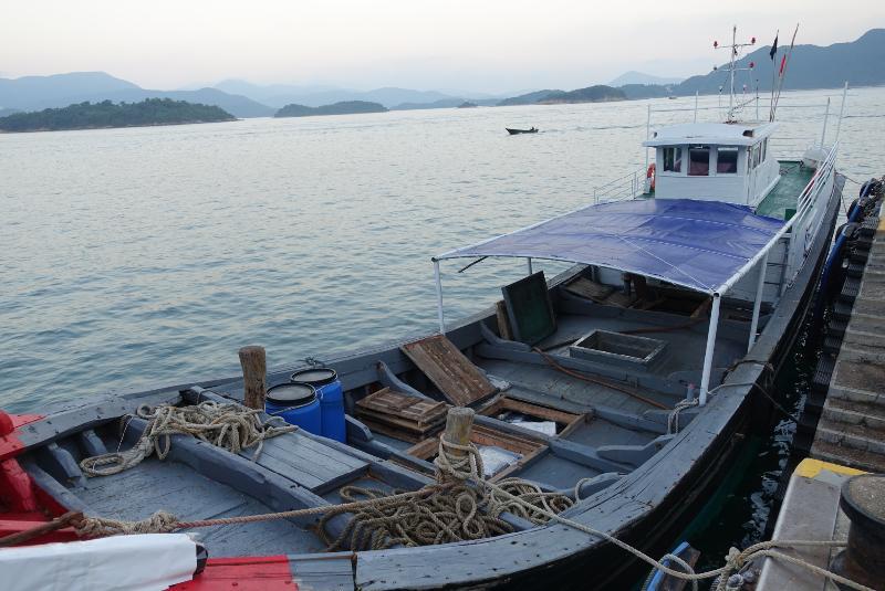 香港海關及水警今日(十一月七日)進行反走私聯合行動,在香港東南水域偵破一宗涉嫌利用漁船走私案件,檢獲大批懷疑走私貨物,包括辦公室儀器、樂器及運動用品,估計市值約七十萬元。圖示懷疑涉案的漁船。