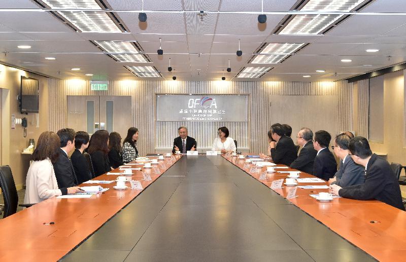 公務員事務局局長羅智光(中左)今日(十一月八日)到訪通訊事務管理局辦公室。圖示羅智光與通訊事務總監王天予(中右)及首長級人員會面,了解該署工作的最新情況。