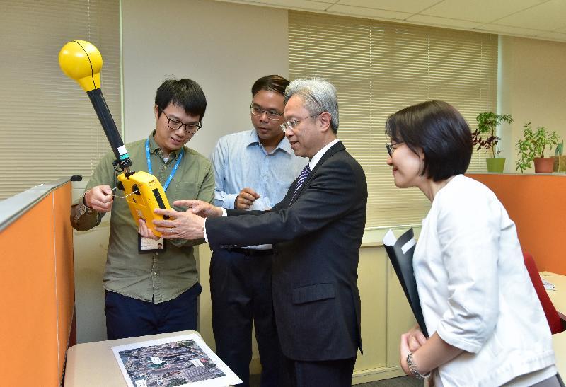 公務員事務局局長羅智光今日(十一月八日)到訪通訊事務管理局辦公室。圖示羅智光(右二)觀看同事示範以輻射測量表檢測非電離輻射。旁為通訊事務總監王天予(右一)。