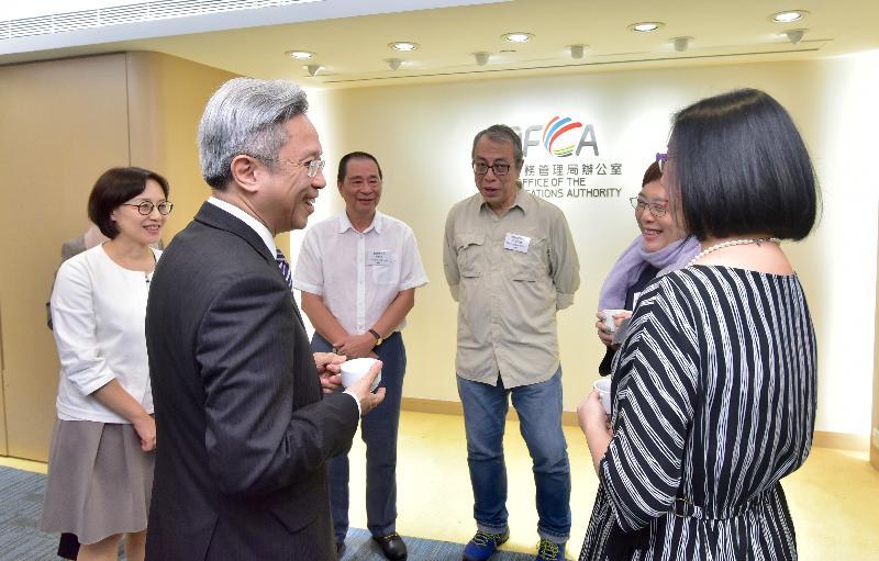 公務員事務局局長羅智光今日(十一月八日)到訪通訊事務管理局辦公室。圖示羅智光(左二)與部門各職系的員工代表茶敍,就他們關注的事宜交換意見。