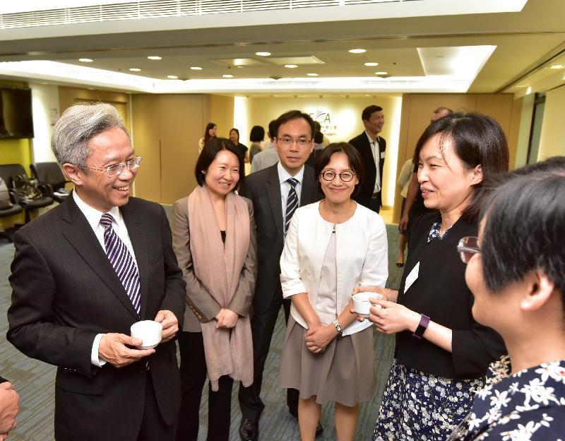 公務員事務局局長羅智光今日(十一月八日)到訪通訊事務管理局辦公室。圖示羅智光(左一)與部門各職系的員工代表茶敍,就他們關注的事宜交換意見。