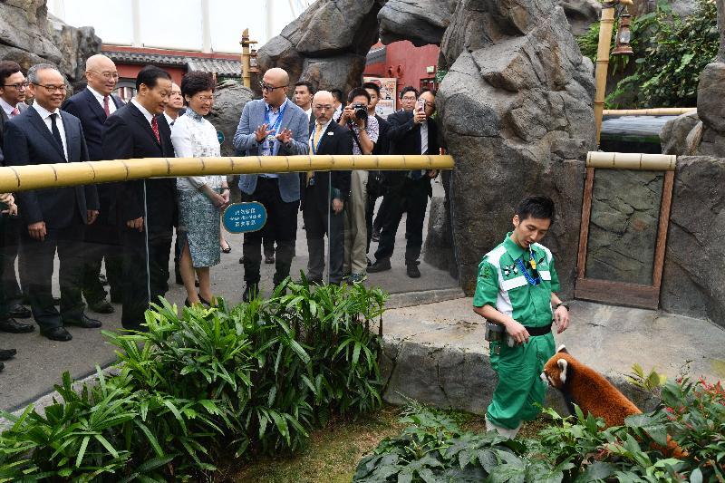 行政長官林鄭月娥今日(十一月八日)在海洋公園出席2018四川自然保護周開幕式。圖示林鄭月娥(左四)和四川省委書記彭清華(左三)探望園內小熊貓。