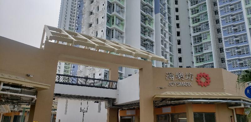 新落成的東涌滿東邨合共四座樓宇今日(十一月十二日)開始入伙,邨內的商場及福利設施大樓「滿樂坊」設有13間商鋪及街市。