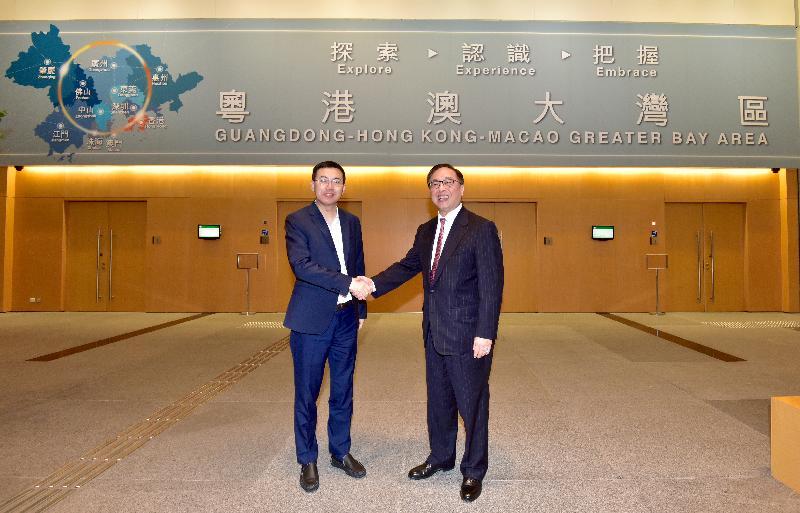 創新及科技局局長楊偉雄(右)與深圳市副市長艾學峰今日(十一月十二日)在河套區港深創新及科技園發展聯合專責小組第四次會議前合照。