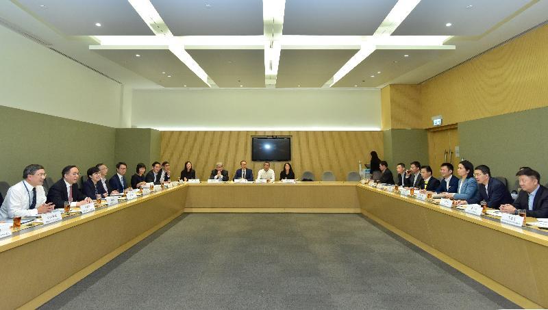 創新及科技局局長楊偉雄(左二)與深圳市副市長艾學峰(右二)今日(十一月十二日)在香港共同主持河套區港深創新及科技園發展聯合專責小組第四次會議。創新及科技局常任秘書長卓永興(左一)和創新科技署署長蔡淑嫻(左三)亦有出席會議。
