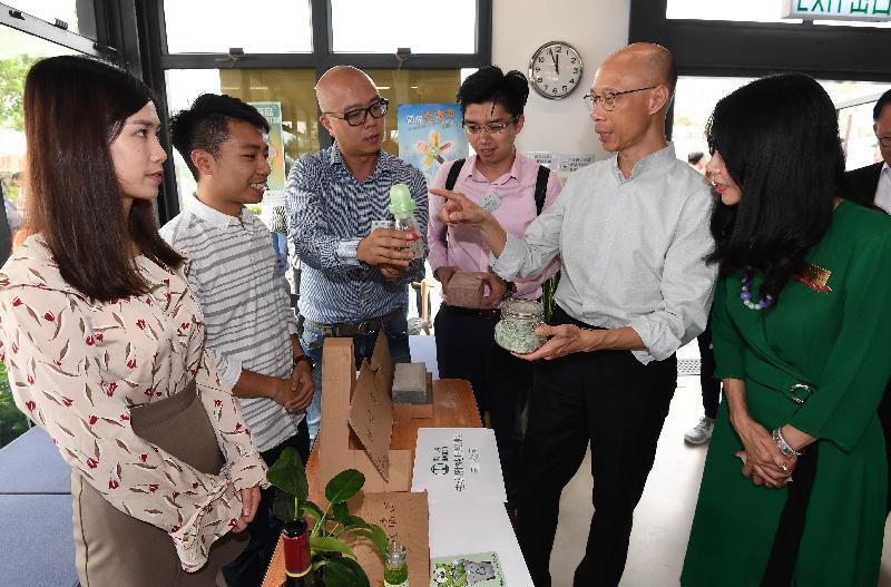 環境局局長黃錦星(右二)今日(十一月十三日)參觀「綠在屯門」的回收設施,並了解區內回收服務的運作情況。