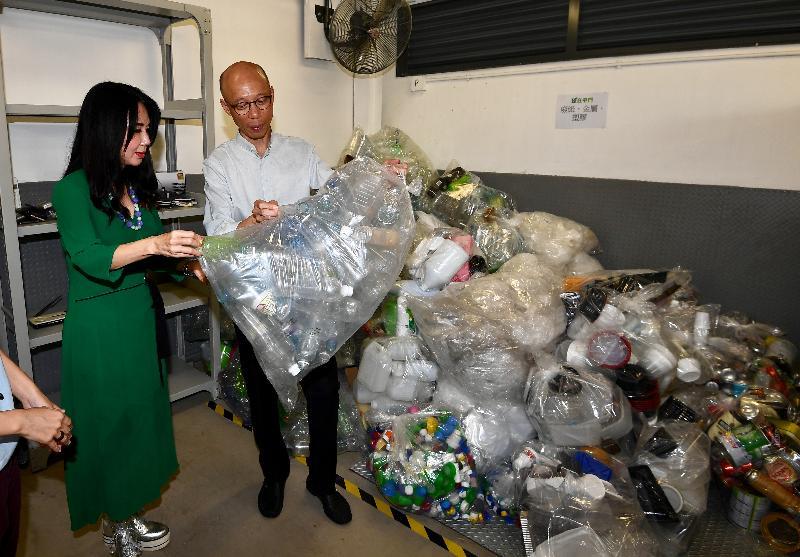 環境局局長黃錦星(右)今日(十一月十三日)參觀「綠在屯門」的回收設施,並了解區內回收服務的運作情況。