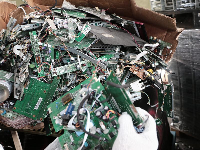 環境保護署今年五月於粉嶺馬料水新村一個回收場搜出約重300公斤廢印刷電路板及450多個廢平板顯示屏,估計總出口市值約十萬元。