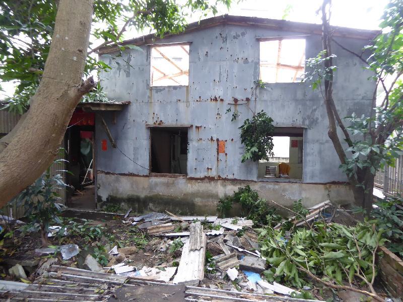 環境保護署今年五月於粉嶺孔嶺村寮屋內發現違規清拆石棉瓦頂,現場布滿石棉碎屑。