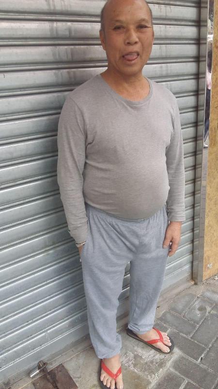 六十四歲男子鄭九身高約一點五五米,中等身材,長面型,黃皮膚及禿頭。他最後露面時身穿藍白色橫間長袖上衣、深色長褲及拖鞋。