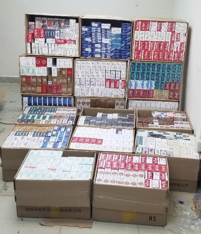香港海關十一月十二日至昨日(十一月十三日)在土瓜灣及旺角進行反私煙行動,共檢獲約十八萬支懷疑私煙,估計市值約四十七萬元,應課稅值約三十四萬元。圖示部分檢獲的懷疑私煙。