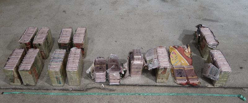 香港海關昨日(十一月十三日)在落馬洲管制站一輛出境貨櫃車上檢獲三百三十部懷疑走私智能電話,估計市值約五十萬元。