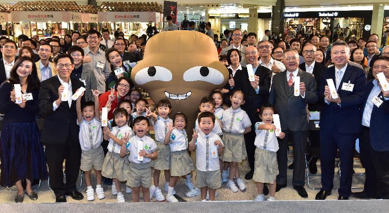 環境局局長黃錦星(前排右四)及其他嘉賓今日(十一月十五日)在「外賣走塑 餐具先行」宣傳及公眾教育運動啟動典禮合照。