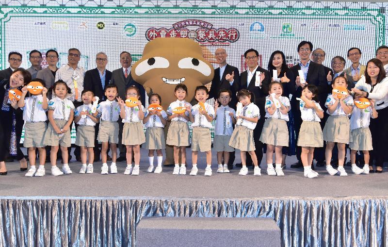 環境局局長黃錦星(中右)及其他嘉賓今日(十一月十五日)在「外賣走塑 餐具先行」宣傳及公眾教育運動啟動典禮合照。