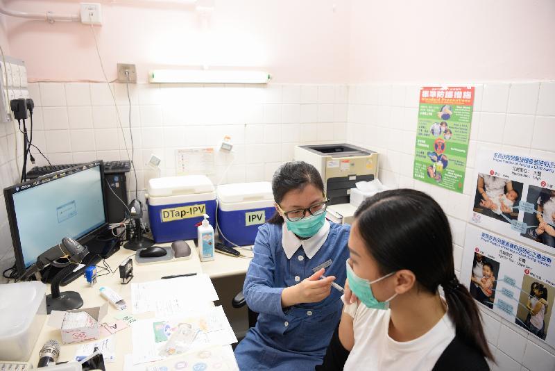 衞生署衞生防護中心今日(十一月十五日)在黃大仙橫頭磡母嬰健康院舉行代號「瑪瑙」的地面行動演習,旨在測試衞生署就執行小兒麻痺症應急計劃的行動力,以及與相關政府部門和機構的協調能力。圖示署方為有需要人士注射小兒麻痺症疫苗。