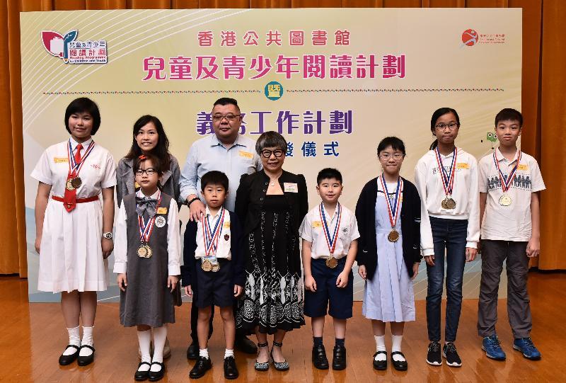 由康樂及文化事務署香港公共圖書館主辦的「兒童及青少年閱讀計劃」暨「香港公共圖書館義務工作計劃」證書頒發儀式今日(十一月十七日)在香港中央圖書館舉行。圖示香港閱讀學會會長黃婉芬博士(前排左三)與「兒童及青少年閱讀計劃——閱讀超新星」得獎者合照。