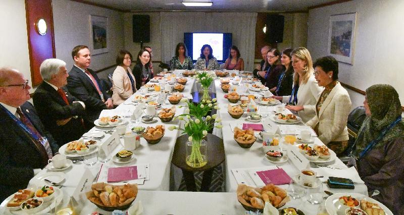 行政長官林鄭月娥今日(十一月十七日)上午在巴布亞新畿內亞莫爾兹比港出席世界女性領袖圓桌會議於亞太經合組織會議期間舉行的早餐會。圖示林鄭月娥(右二)在會議上發言。智利總統塞瓦斯蒂安‧皮涅拉(左二)和女性政治領袖全球論壇創辦人及主席Silvana Koch-Mehrin(右三)亦有出席。