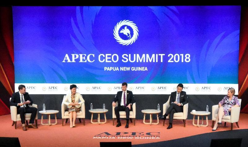 行政長官林鄭月娥(左二)今日(十一月十七日)上午在巴布亞新畿內亞莫爾兹比港出席亞太區經濟合作組織工商領導人峰會。