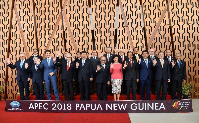 行政長官林鄭月娥今日(十一月十七日)下午在巴布亞新畿內亞莫爾兹比港出席亞太區經濟合作組織經濟領導人會議。圖示林鄭月娥(前排右五)與其他領導人合照。