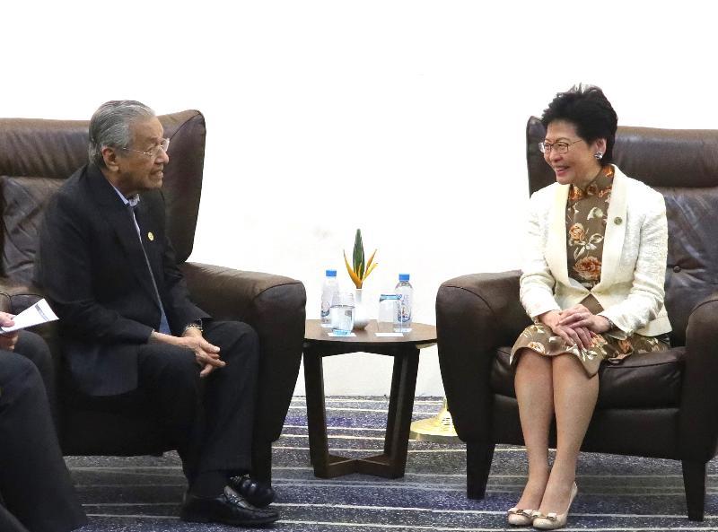 行政長官林鄭月娥(右)今日(十一月十七日)下午在巴布亞新畿內亞莫爾兹比港與馬來西亞總理馬哈蒂爾會面。
