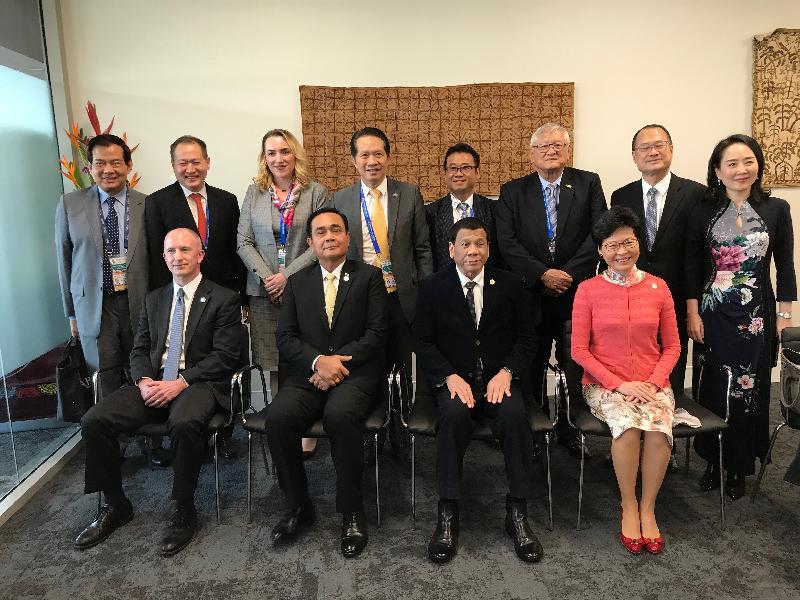 行政長官林鄭月娥今日(十一月十七日)下午在巴布亞新畿內亞莫爾兹比港出席亞太區經濟合作組織商貿諮詢理事會成員對話。圖示林鄭月娥(前排右一)在分組討論環節與菲律賓總統杜特爾特(前排右二)、泰國總理巴育(前排左二)、美國副貿易代表Jeffrey Gerrish(前排左一)及其他與會者合照。