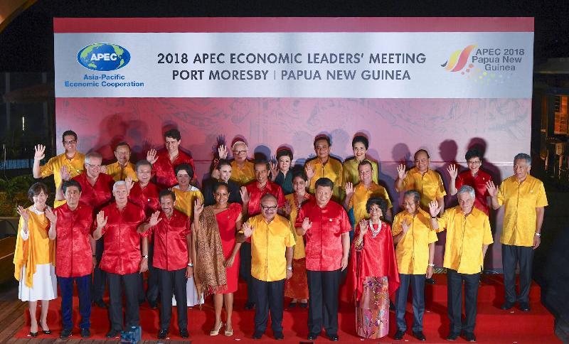 行政長官林鄭月娥今日(十一月十七日)晚上在巴布亞新畿內亞莫爾兹比港出席亞太區經濟合作組織領導人會議晚宴及文化表演。圖示林鄭月娥(後排右二)和其他領導人合照。