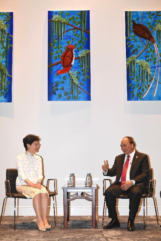 行政長官林鄭月娥(左)今日(十一月十八日)在巴布亞新畿內亞莫爾兹比港與越南總理阮春福(右)會面。
