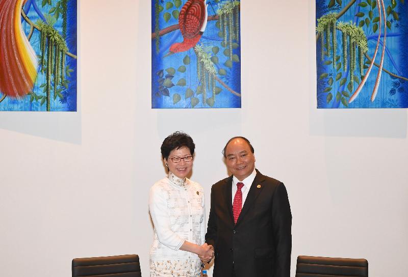 行政長官林鄭月娥今日(十一月十八日)在巴布亞新畿內亞莫爾兹比港與越南總理阮春福會面。圖示林鄭月娥(左)在會面前與阮春福(右)握手。