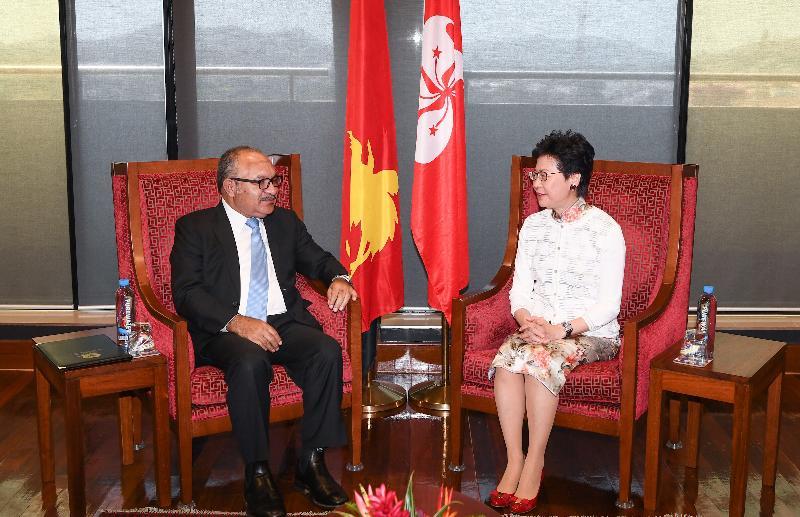 行政長官林鄭月娥(右)今日(十一月十九日)在巴布亞新畿內亞莫爾兹比港與巴布亞新畿內亞總理奧尼爾會面。