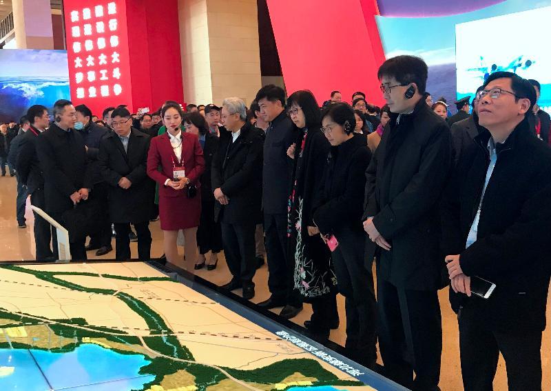 公務員事務局局長羅智光率領特區政府十一名常任秘書長及部門首長在北京研修和訪問。圖示羅智光(右六)與訪問團成員今日(十一月二十日)在國家博物館參觀「慶祝改革開放40周年大型展覽」。