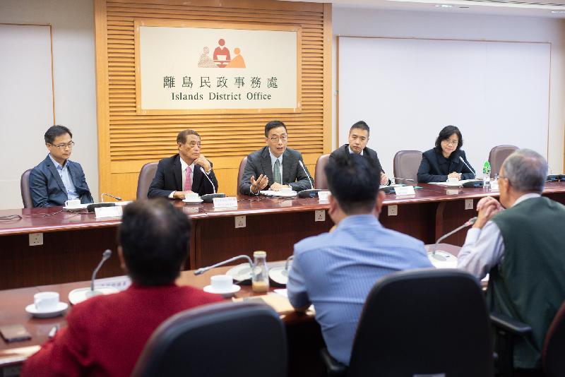 教育局局長楊潤雄(中)今日(十一月二十日)到訪離島區議會,與主席周玉堂(左二)及區議員會面,就教育及其他地區事務交換意見。