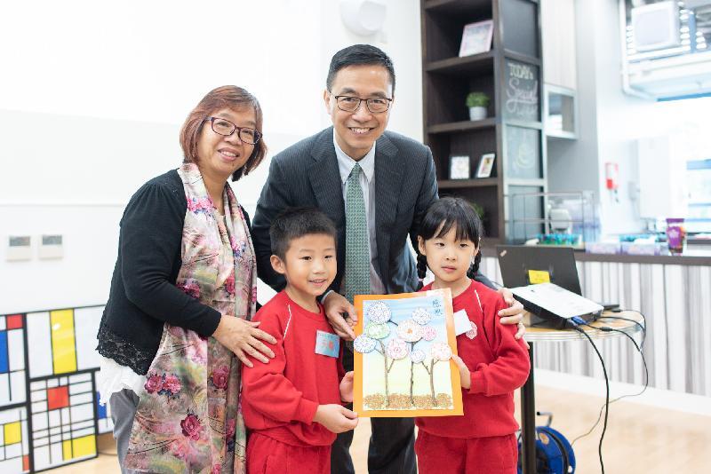 教育局局長楊潤雄今日(十一月二十日)訪問離島區,並參觀位於東涌富東邨的香港聖公會東涌綜合服務,了解區內的社會服務。圖示兩名學童向楊潤雄(後排右)致送紀念品。