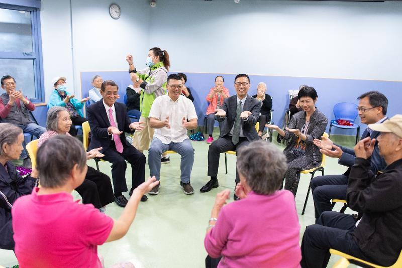 教育局局長楊潤雄(中右)今日(十一月二十日)參觀位於東涌富東邨的香港聖公會東涌綜合服務,並與長者一同參與中心活動。