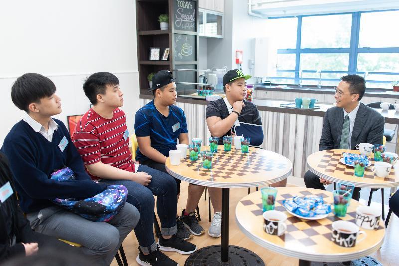 教育局局長楊潤雄(右)今日(十一月二十日)在東涌富東邨的香港聖公會東涌綜合服務,與年輕人傾談,了解他們的學習情況及服務需要。