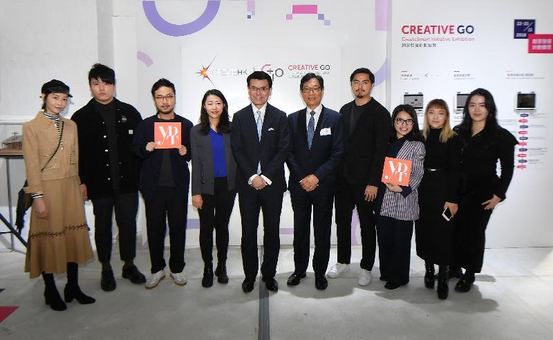 商務及經濟發展局局長邱騰華今日(十一月二十二日)在中環大館主持「創意智優計劃邁向十周年」展覽的開幕禮。圖示邱騰華(左五)與DFA香港青年設計才俊獎2018的得獎者合照。