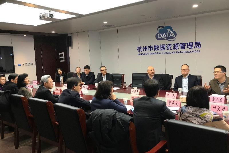 公務員事務局局長羅智光率領特區政府多名常任秘書長及部門首長在北京完成研修和訪問後,今早(十一月二十二日)轉往杭州考察。圖示羅智光(左四)及訪問團成員與杭州市數據資源管理局官員見面交流。