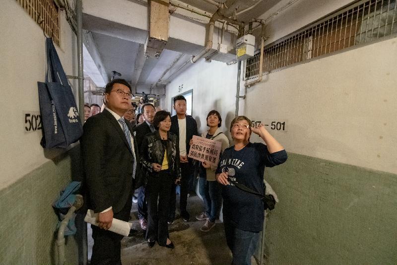 立法會議員今日(十一月二十三日)視察石硤尾大坑西邨,跟進一宗有關大坑西邨重建事宜的個案。圖示議員探訪大坑西邨住戶,了解重建計劃對他們的影響。
