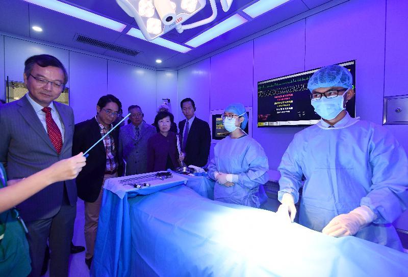 行政會議(行會)非官守議員今日(十一月二十六日)參觀香港大學深圳醫院。圖示行會成員參觀臨床醫學技能模擬培訓中心。