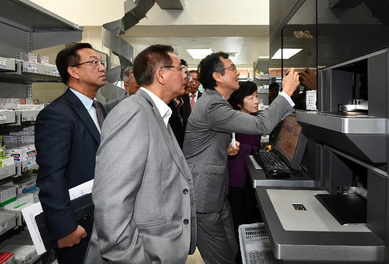 行政會議(行會)非官守議員今日(十一月二十六日)參觀香港大學深圳醫院。圖示行會成員參觀智慧藥房,觀摩藥房採用的自動配藥裝置和藥品管理系統。