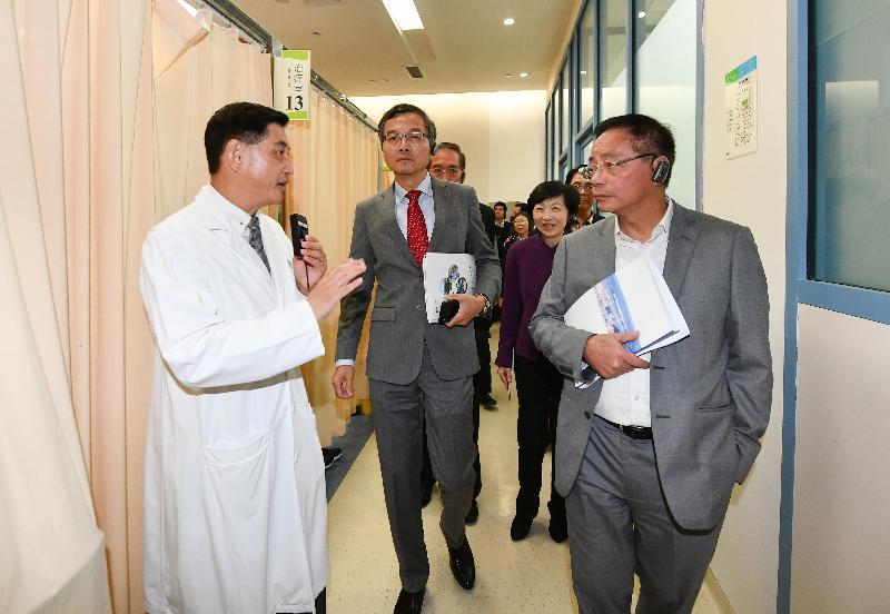 行政會議(行會)非官守議員今日(十一月二十六日)參觀香港大學深圳醫院。圖示行會成員到訪中醫針灸推拿科病區。
