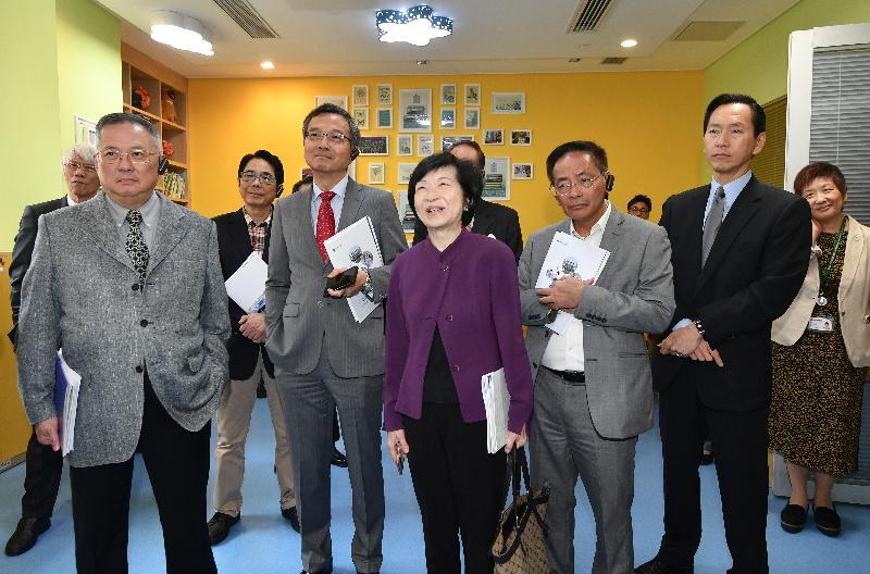 行政會議(行會)非官守議員今日(十一月二十六日)參觀香港大學深圳醫院。圖示行會成員到訪小兒外、骨科病區。