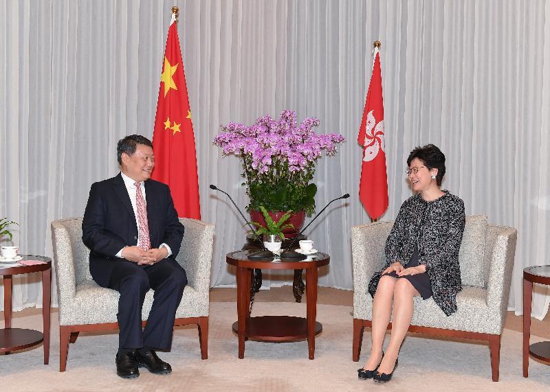 行政長官林鄭月娥(右)今日(十一月二十八日)下午在行政長官辦公室與遼寧省省長唐一軍會面。
