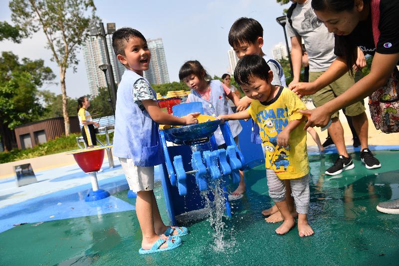 屯門公園共融遊樂場十二月三日啟用,是本港首個把「水」和「沙」兩項自然元素納入設計的無障礙兒童遊樂空間。圖示兒童在「光影荷花」區域的嬉水平台玩樂。
